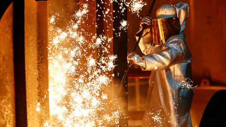 FILE PHOTO: A steel worker © Reuters / Wolfgang Rattay