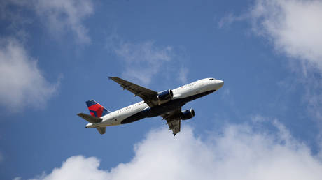 FILE PHOTO:  An Airbus A320-211 operated by Delta Airlines © AFP / Bruce Bennett