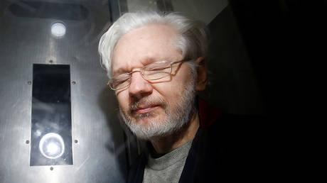 WikiLeaks' founder Julian Assange leaves Westminster Magistrates Court in London, Britain January 13, 2020. © REUTERS/Henry Nicholls