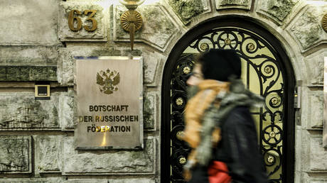 A person walks past The entrance to the Russian Embassy on December 6, 2019 in Berlin, Germany.  ©  Getty Images / Carsten Koall