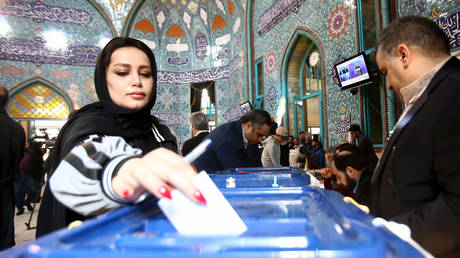 A woman casts her vote during parliamentary elections. © REUTERS/Nazanin Tabatabaee/WANA (West Asia News Agency)