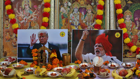 Posters of the US President Donald Trump and Indian Prime Minister Narendra Modi © Reuters / Danish Siddiqui