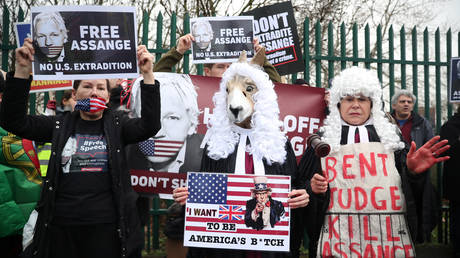 Supporters of WikiLeaks founder Julian Assange outside Woolwich Crown Court, ahead of a hearing to decide whether Assange should be extradited to the United States, in London, Britain, February 24, 2020 © Reuters / Hannah Mckay