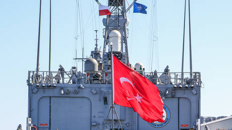 Polish, NATO and Turkish flags on the wind on Oliver Hazard Perry-class frigate TCG Gokova Republic of Turkey navy warship board are seen in Gdynia, Poland on 19 April 2019 TCG Gokova participates in the NATO SNMG1 © Getty Images/NurPhoto/Michal Fludra