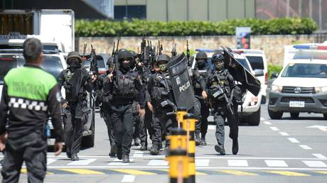 Police SWAT team arrive after a hostage situation was reported at a mall in suburban Manila © AFP / TED ALJIBE