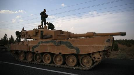 Turkish soldiers stand atop of a tank. © Reuters / Stoyan Nenov