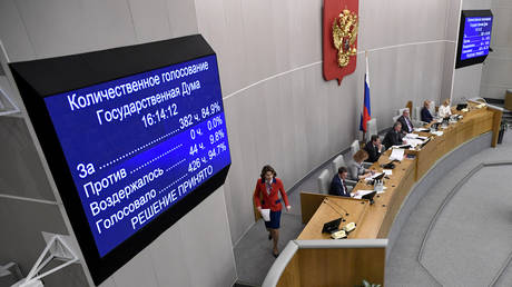 A screen shows the results of the vote on the constitutional reform bill in the second reading during a session of the State Duma, Russia's lower house of parliament, in Moscow on March 10, 2020. © AFP / Alexander NEMENOV