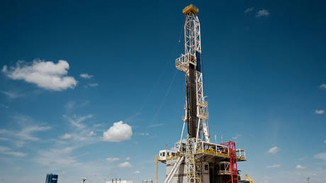 FILE PHOTO: Chevron oil exploration drilling site near Midland, Texas, the US © Reuters / Jessica Lutz