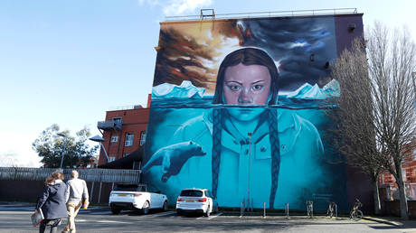 A mural of Greta Thunberg is seen on the side of a building, in Bristol, Britain, February 27, 2020 © Reuters / Peter Nicholls
