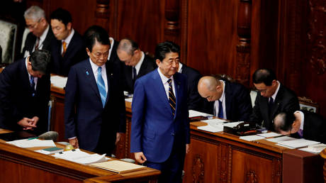 Japanese PM Shinzo Abe and Finance Minister Taro Aso attend the regular session of parliament in Tokyo, January 20, 2020. © Reuters / Kim Kyung-Hoon