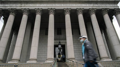 New York Supreme Court building stands (nearly) deserted amid coronavirus shutdown © Reuters / Eduardo Munoz