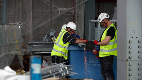 Workers are seen at the construction site of 22 Bishopsgate in London © REUTERS / Hannah McKay