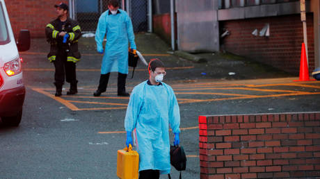 Firefighters walk away after responding to a medical call amid the Covid-19 outbreak in Seattle, Washington, March 24, 2020.  ©  Reuters / Brian Snyder