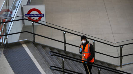 A worker cleans at Waterloo station ©  REUTERS / HANNAH MCKAY