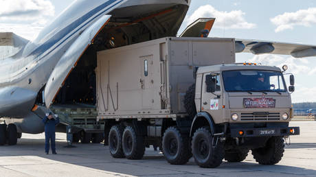 Russian servicemen load medical equipment and special disinfection vehicles into cargo planes Moscow, Russia March 22, 2020 © Russian Defence Ministry / Alexey Ereshko / Handout via Reuters