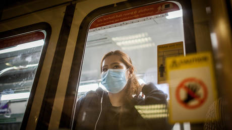 A woman wearing a protective face mask as a preventive measure during the corona pandemic. Singapore, March 21, 2020