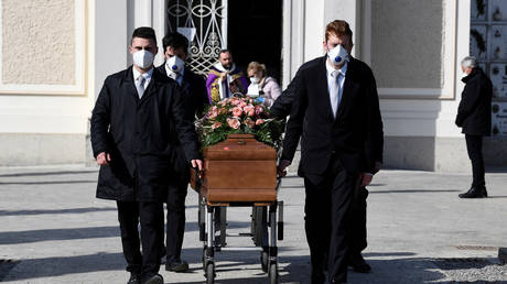 Pallbearers wearing protective masks carry the coffin of a woman in Seriate, Italy March 28, 2020 © Reuters / Flavio Lo Scalzo
