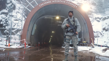 An airman stands guard at an entrance to the Cheyenne Mountain complex in Colorado © YouTube / AirmanMagazineOnline