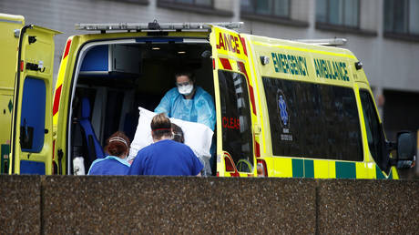Medical staff wearing protective masks and clothing in a Ambulance outside St Thomas' hospital, London © REUTERS / Henry Nicholls