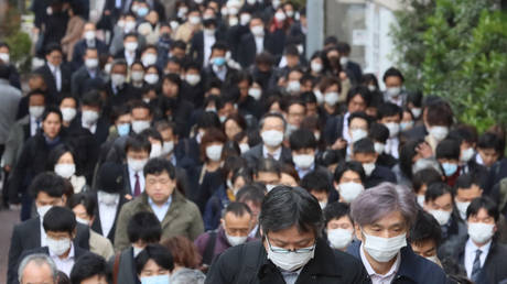 Office workers wearing face masks walk to their offices in Tokyo in the morning on Monday, March 30, 2020 © Global Look Press / Yoshio Tsunoda
