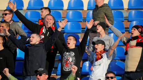 Sports fans in Zhodino cheer © Reuters / Vasily Fedosenko