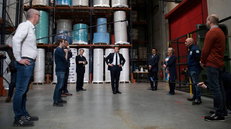French President Emmanuel Macron visits the Kolmi-Hopen protective face masks factory, in Saint-Barthelemy-d'Anjou near Angers, France, March 31, 2020. © Reuters / Loic Venance / Pool
