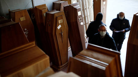 Employees prepare coffins for coronavirus victims at a funeral center in Ris-Orangis, near Paris on March 31, 2020. © REUTERS/Benoit Tessier