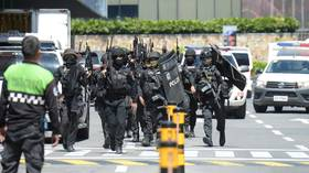 Gunman holds about 30 people hostage in Manila shopping mall, Philippines police at the scene