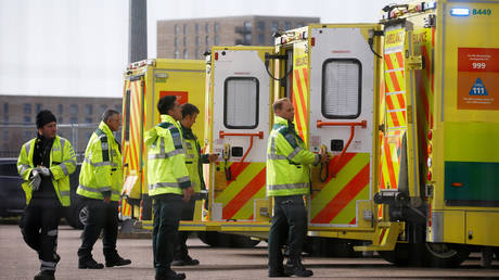 Paramedics and ambulances are seen outside the Excel Centre in London, April 1, 2020. © REUTERS / Henry Nicholls
