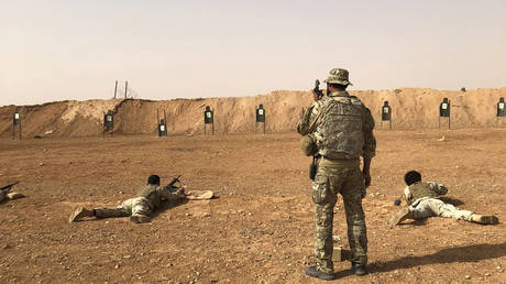 Members of the Maghawir al-Thawra Syrian opposition group receive firearms training from U.S. Army Special Forces soldiers. Oct. 22, 2018 © AP Photo / Lolita Baldor
