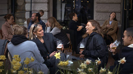 People chat and drink in Stockholm, Sweden, Wednesday, April 8, 2020 © AP Photo / Andres Kudacki