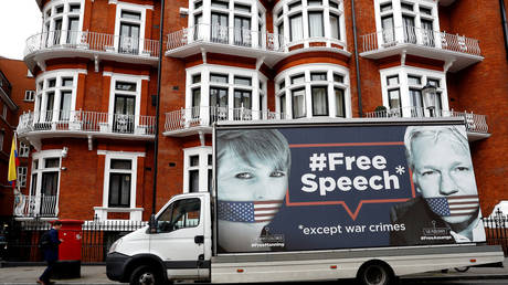 A truck supporting Assange drives by the Ecuadorian embassy in London © Reuters / Peter Nicholls
