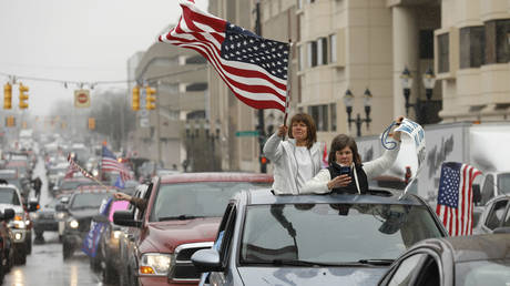 People in their vehicles protest against excessive quarantine orders from Michigan Governor Gretchen Whitmer around the Michigan State Capitol in Lansing, Michigan on April 15, 2020. ©  AFP / JEFF KOWALSKY