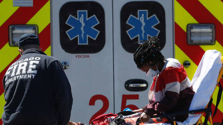A woman is taken by paramedics from a Chicago Fire Department ambulance into the emergency room at Roseland Community Hospital in Chicago, U.S., April 21, 2020 © Reuters / Shannon Stapleton