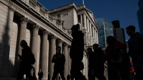 FILE PHOTO: People walk past The Bank of England in London, England © Getty images / Dan Kitwood