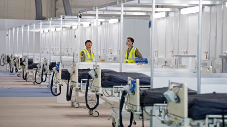 Members of the military and private contractors help to prepare the ExCel centre in London on March 30, 2020, which has been transformed into a field hospital to be known as the NHS Nightingale Hospital, to help with the novel coronavirus COVID-19 pandemic. © AFP / POOL / Stefan Rousseau