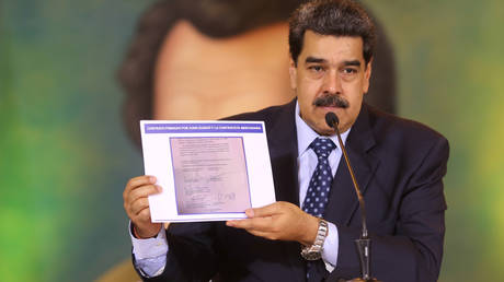 Venezuela's President Nicolas Maduro holds a document during a virtual news conference in Caracas, Venezuela May 6, 2020. ©  Miraflores Palace/Handout via REUTERS