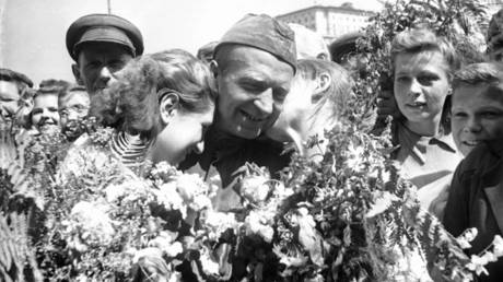Moscow residents welcome the soldiers the winners, June 1945. A photo by the Krasnaya Zvezda war correspondent Fyodor Levshin. © Sputnik