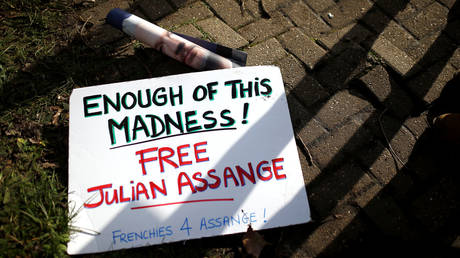 A sign in support of Julian Assange outside Woolwich Crown Court. ©REUTERS / Henry Nicholls