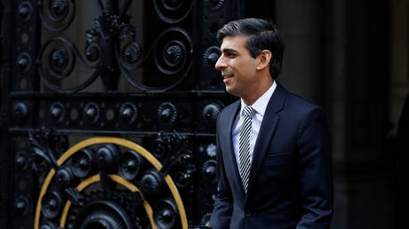 Chancellor of the Exchequer Rishi Sunak is seen as he arrives at Downing Street, following the outbreak of the coronavirus disease (COVID-19), London, Britain, May 13, 2020. © REUTERS/John Sibley