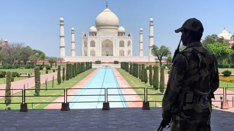 FILE PHOTO: A Central Industrial Security Force (CISF) personnel near the Taj Mahal, Agra, India  © Reuters / Sunil Kataria
