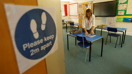 A teacher in a classroom at Watlington Primary School, England © REUTERS / Eddie Keogh