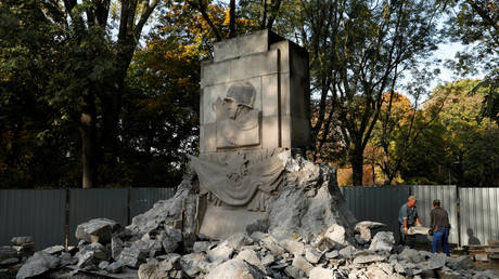 Workers demolish the monument of Gratitude to Soviet Army Soldiers at a park in Warsaw, Poland October 18, 2018.
