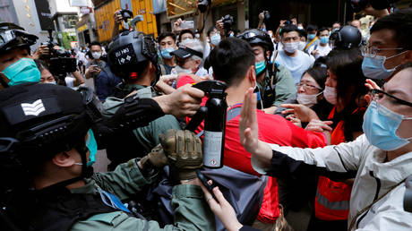 FILE PHOTO. Anti-government demonstrators scuffle with riot police in Hong Kong. © Reuters / Tyrone Siu