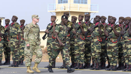 Senegal's Army General and US Army General review the troops during the inauguration of a military base in Thies, 70 km from Dakar, on February 8, 2016 © AFP / Seyllou