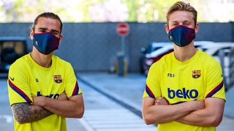 Antoine Griezmann & Frenkie De Jong in Barcelona masks © Twitter / FCBarcelona