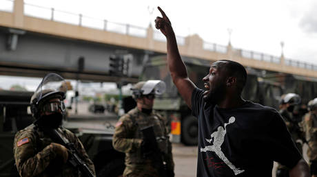 A man gestures as he confronts National Guard members in Minneapolis, Minnesota, May 29, 2020 © Reuters / Carlos Barria