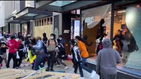 A Nike store being looted in Chicago. © Twitter / @RT