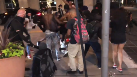 A mob of rioters surround and beat a man in Dallas, Texas, May 31, 2020 © Twitter / Elijah Schaffer