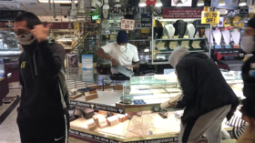 WATCH: Looters snatch trays of gold & jewels as LA jewelry store is plundered amid George Floyd protests